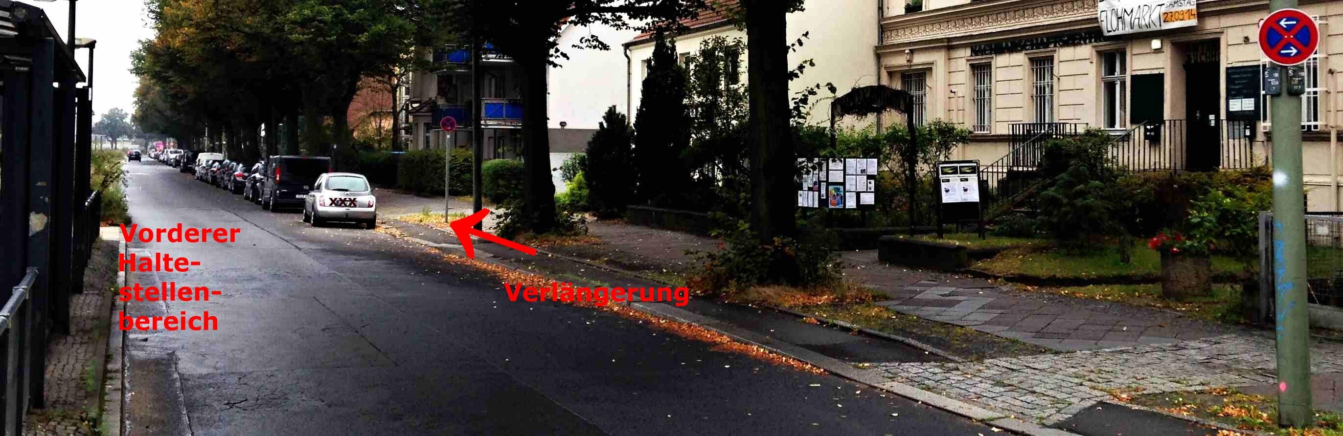 Blick auf den vorderen Haltestellenbereich in Richtung rote Schule mit der verlängerten Halteverbotsstrecke